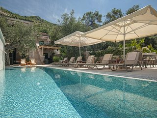 Sveti Stefan Town House Sleeps 7 with Pool and Air Con - 5818099