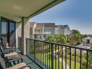 Convenient oceanfront condo w/beach & ocean views, shared pool & basketball