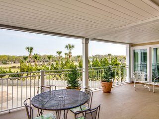 Villa with golf views, free WiFi, deck, and concierge service!