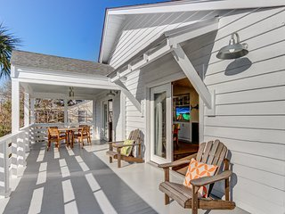 Renovated second-floor cottage w/ lovely deck - short walk to the beach!