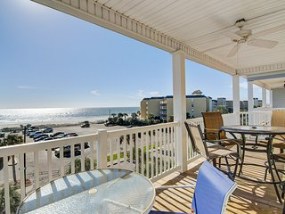 Third-floor condo with views of the ocean & shared pool/hot tub!