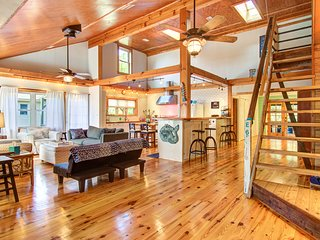 Dog-friendly tropical oasis w/ private deck/ yard - close to beach & everything!