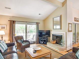 Renovated townhome next to golf course w/ community pool access- close to beach!