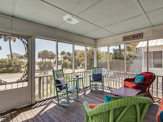 Classic beach cottage with porch & ocean views - next to downtown!