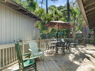 Charming cottage w/ shared pool - close to beach, golf, dining & shopping!