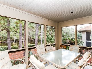 Casual cottage w/ lagoon views, screened porch, gas grill & shared pool!
