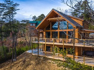 Beautiful cabin w/ private hot tub, pool table & spectacular mountain views!