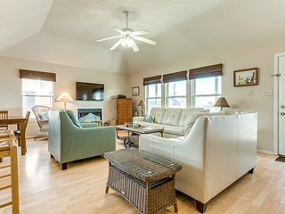 Ocean view home w/ AC, huge deck, full kitchen, & WiFi - close to the beach!