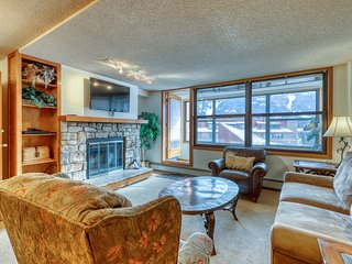 Paired rooms w/ shared hot tub, walking distance to lifts, private sunroom