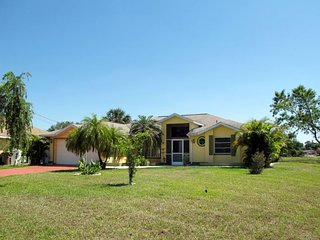 Lehigh Acres Holiday Home Sleeps 6 with Pool Air Con and Free WiFi - 5630073