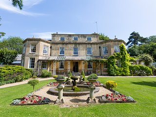 Dursley Chateau Sleeps 18 with Pool - 5767859