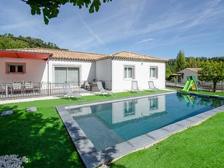 Stunning home in Meounes-les-Montrieux w/ Outdoor swimming pool and 3 Bedrooms