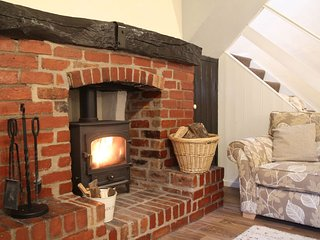 Characterful village cottage with woodburner, by stream & ducks, local pub - BH2