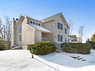 Beautiful, spacious, close to the slopes and has a wood-burning fireplace!
