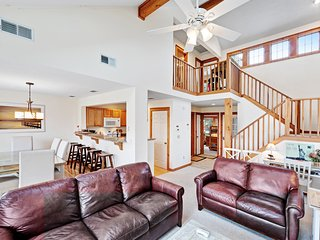 Spacious mountain home w/ a deck & great views - close to the resort!