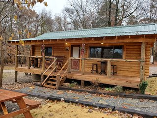Cozy Log Cabin in our family retreat on Lake Hamilton (no cleaning fee)