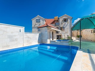 Stone villa with swimming pool for rent in Postira