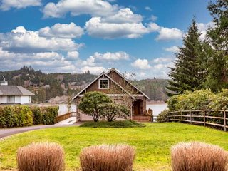 *NEW LISTING*  Stunning Lake Front Home-Private Dock-Pet Friendly-Close to Downt