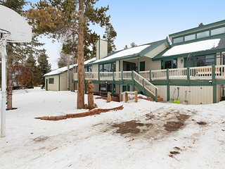 Comfortable & spacious garden-level house close to slopes, trails, & Blue River