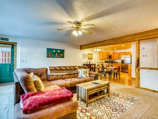 Lovely condo w/full kitchen - close to golf & walk to Ponderosa State Park!