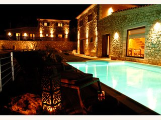 Luxury 3 bedroom Traditional Villa with fantastic sea views and private pool