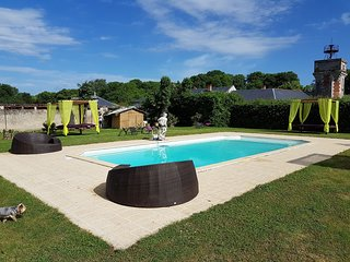 Big mansion with pool access & Wifi