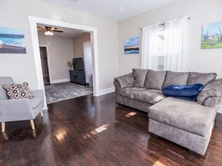 Rent Main House & Back House Together - Multiple Families, Pet friendly, 4 Min W
