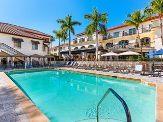 New listing! Spacious condo w/shared pool, hot tub & on-site restaurant/bar