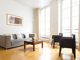 1011. IN THE HEART OF LATIN QUARTER NEXT TO SAINT MICHEL - 1BR STEPS FROM SEINE