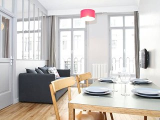 1021. STEPS FROM THE LOUVRE AND TUILERIES GARDENS - LOVELY 2BR FLAT WITH BALCONY