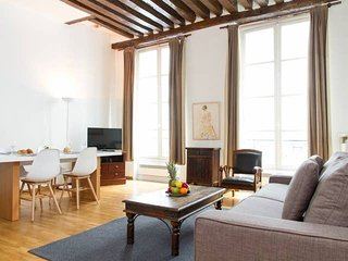 1035. IN THE HEART OF PARIS-LOVELY LEFT BANK FLAT STEPS FROM THE SEINE&PONT NEUF