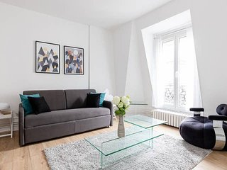 1084. BIR HAKEIM STYLISH 1BR FLAT: STEPS FROM EIFFEL TOWER!