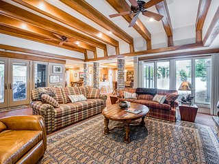 Luxurious dog-friendly mountain home w/large master suite, close to Shaver Lake!
