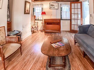 Dog-friendly home w/ sunroom and large lawn - close to downtown Boothbay Harbor!