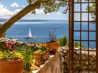 Idylic and charming holiday home with amazing location and views