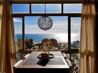 Fantastisk utsikt! Bekväm lägenhet. Vid stranden.  Pool, tennis och padelbana.