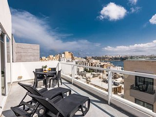 4051. PENTHOUSE APARTMENT WITH PRIVATE TERRACE & SEA VIEW - HEART OF ST JULIAN'S