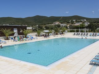 Maisonnette Pres de la Plage | Acces Piscine + Parking!