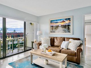 Bright & Sunny Unit Right on the Beach & Steps to the Pier!!
