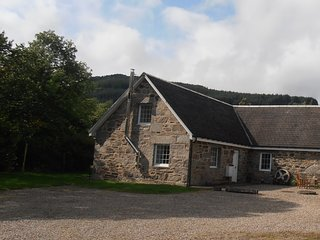 Burnside Cottage, perfect Highland rural retreat and stunning scenery