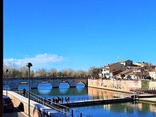 Sul porto canale,vista su ponte romano e borgo antico,free WIFI, A/C, posto auto