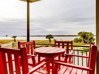 Beach-view condo w/ a shared outdoor pool - close to shops & restaurants