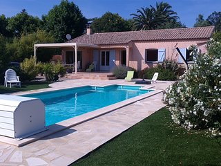 villa privative avec piscine, terrain de petanque, beau jardin cloture
