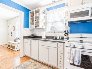 Luxury 2 bed 1 bath property near downtown - The perfect spot for a couple and a
