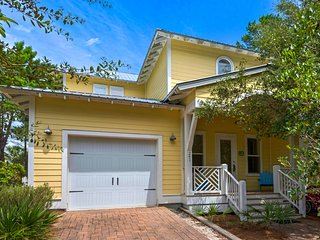 Exquisite two-story home! Free bike rentals! Short stroll to beach!