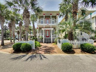 Charming cottage w/shared pool, hot tub, and grills- walk to the beach!