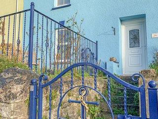 ANCHOR COTTAGE, seaside location, WiFi, courtyard garden, Tenby, Ref 948859