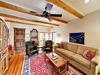 3BR w/ Mountain Views & Big Dog-Friendly Backyard - Walk to Taos Plaza