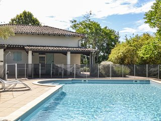 Nice home in Durfort Lacapelette w/ Outdoor swimming pool, WiFi and 3 Bedrooms (