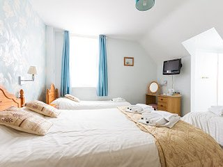 BOURNECOAST: LARGE HOLIDAY HOME - ACCEPTS GROUPS - NEAR TO SANDY BEACHES - 6266